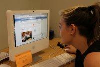 dziewczyna przy komputerze