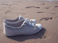 buty na plaży